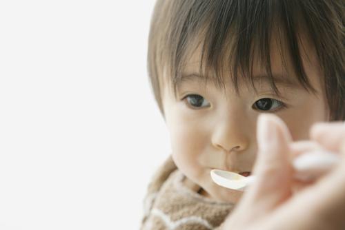 離乳食期に使うスプーンの選び方のタイトル画像