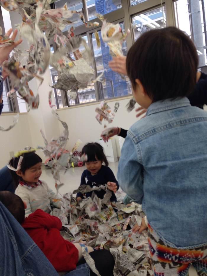 子育てサークルのママのおすすめ♡新聞紙プールはやっぱり盛り上がる!の画像1