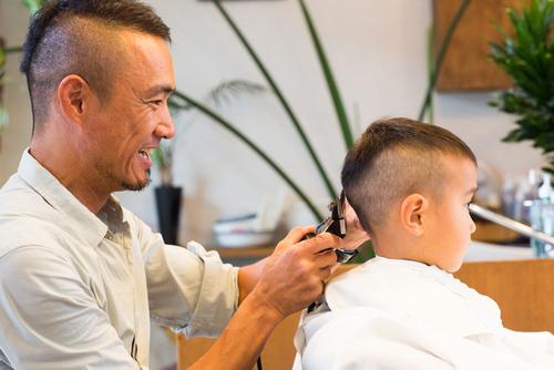 子どもの美容室デビュー!現役美容師さんに子どものヘアカット成功の秘訣を聞いてきました!のタイトル画像