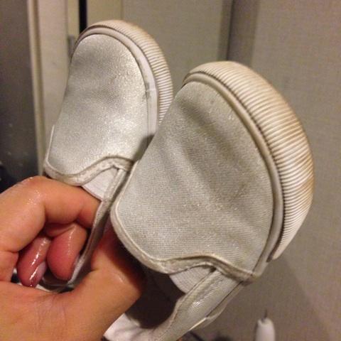真っ黒に汚れた子どもの靴も!白いスニーカーを簡単ケアでキレイにする方法の画像1