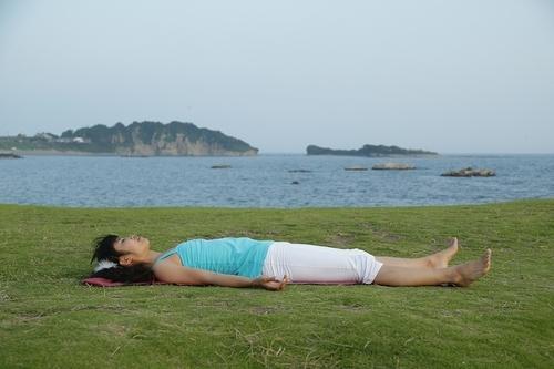 憂鬱な気持ちを払う!寝る前におすすめのヨガポーズのタイトル画像