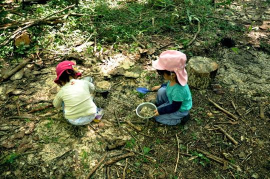 幼稚園・保育園の新しいカタチ、自然の中で泥んこになって遊ぶ、育ちの場「森のようちえん」とは?の画像3