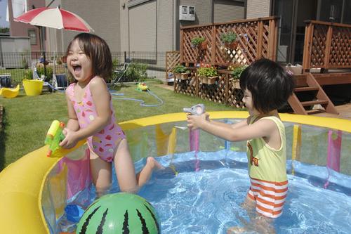 夏はお家で水遊び!ビニールプールを選ぶポイントとは?のタイトル画像