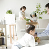 親子で思いっきり楽しめる「新聞紙遊び」3つの楽しみ方とは?のタイトル画像