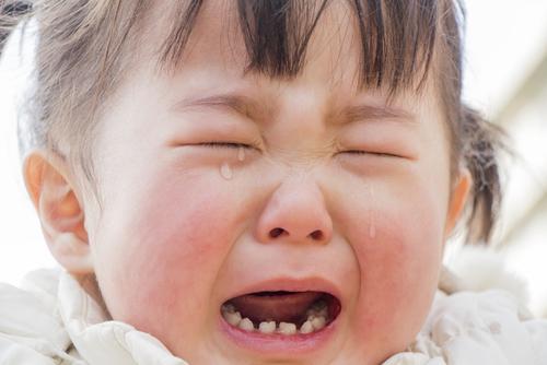 突然の娘の号泣とパパの叫び声に騒然・・・おもちゃが子どもの鼻の中に入ってしまって大騒動!のタイトル画像