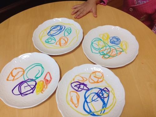 お皿がキャンパス!手描きのお皿が作れる「らくやきマーカー」が可愛すぎる!のタイトル画像