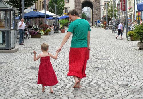 南ドイツの小さな町で、息子と一緒にスカートを履く父親。その理由とは?のタイトル画像