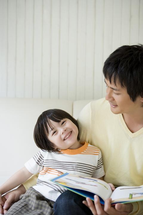 絵本の読み聞かせは、父親の方が効果が高い!?読み聞かせのコツと知能発達についての画像1