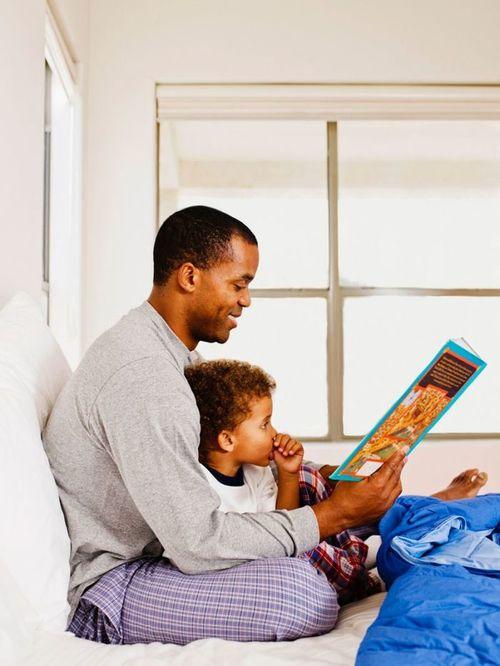 絵本の読み聞かせは、父親の方が効果が高い!?読み聞かせのコツと知能発達についてのタイトル画像