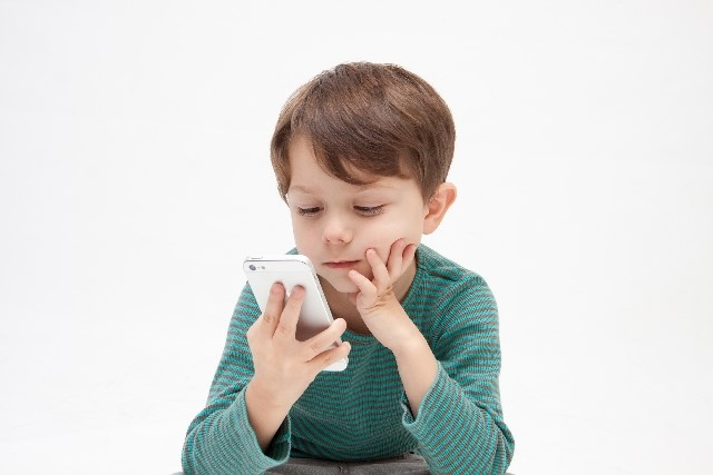 子どもが絵本の上でスワイプ?!スマホやTVが子どもに与える影響の画像1