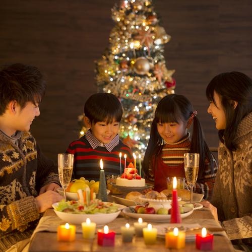 一人の少年のため、10月にクリスマスを祝った街。その理由とはのタイトル画像