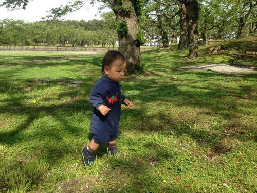 """1歳を過ぎても""""あんよ""""がまだ…歩き始めの早い遅いは将来の運動能力と関係あるの?のタイトル画像"""