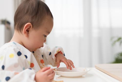 子どもの「遊び食べ」とは?いつまで続く?原因や対処法を解説のタイトル画像