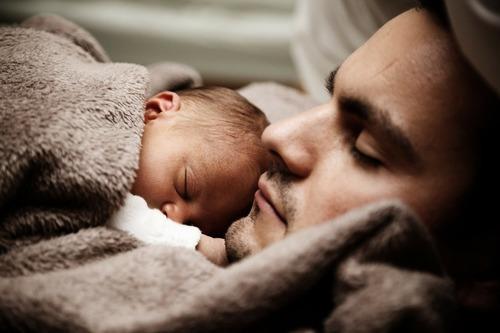 パパカンガルーで赤ちゃんとの距離を近づけよう!元NICU看護師がオススメのタイトル画像