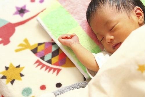 産まれてすぐの赤ちゃんは、昼夜逆転の生活リズム?!子どもが早く寝るために親がするべき3つのポイントのタイトル画像