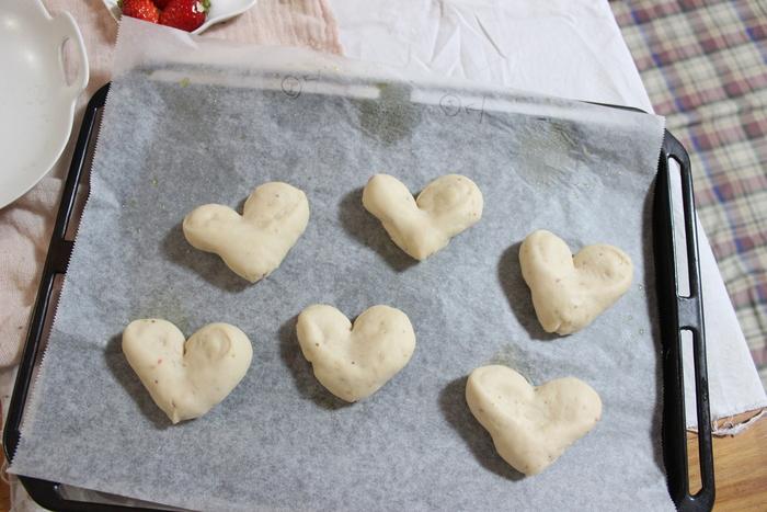 みずみずしい旬の苺を手作りパンに!ふわふわミルキーいちごのハートパン♡の画像13