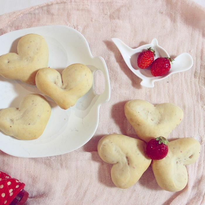 みずみずしい旬の苺を手作りパンに!ふわふわミルキーいちごのハートパン♡の画像1