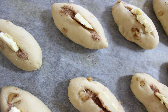 朝食にピッタリ!クルミ生地とバターの香りが食欲を誘う…シナモンのシュガートップパンの画像10