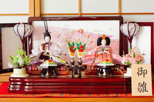 ひな人形の飾り方は?飾る向き、場所、左右はどっち?のタイトル画像