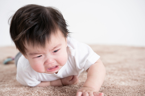 子どもは泣きわめいてる。でも抱っこなんてできない…くたくたに疲れてしまったママへのタイトル画像