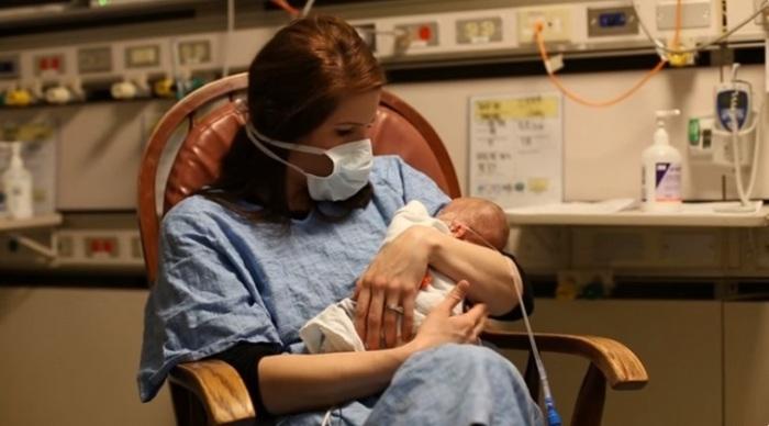 妊娠24週目で生まれた低出生体重児の赤ちゃん。パパママが撮り続けた1年の成長記録に思わず涙。の画像3