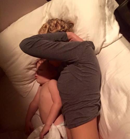 妻が子どもと添い寝をする写真に付けられた夫からのコメント…その言葉が感動をよぶのタイトル画像