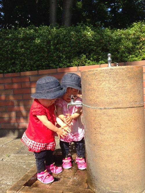 双子の娘たちを「比べない子育て」に悩んでいた私が、サッカー教室で見つけたことのタイトル画像