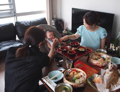 赤ちゃんと一緒に食卓を♡お食い初めにはハイチェアにもなるバウンサーがオススメ!の画像10