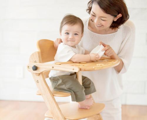 ママパパが大絶賛!姿勢が良くなり、集中力がつくハイチェアって?のタイトル画像