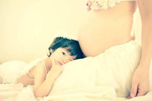 「赤ちゃん返り」をしている子どもの気持ちって?心と成長の関係性のタイトル画像