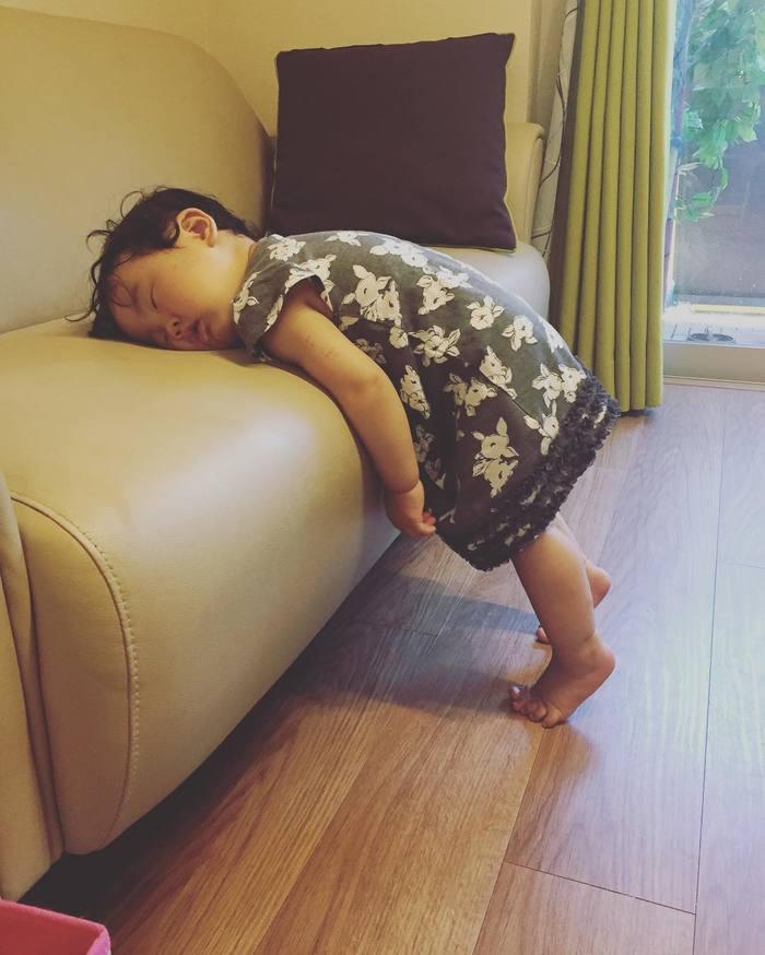 こんなところで爆睡!?「#電池切れっ子」がたまらん可愛さ♡の画像2