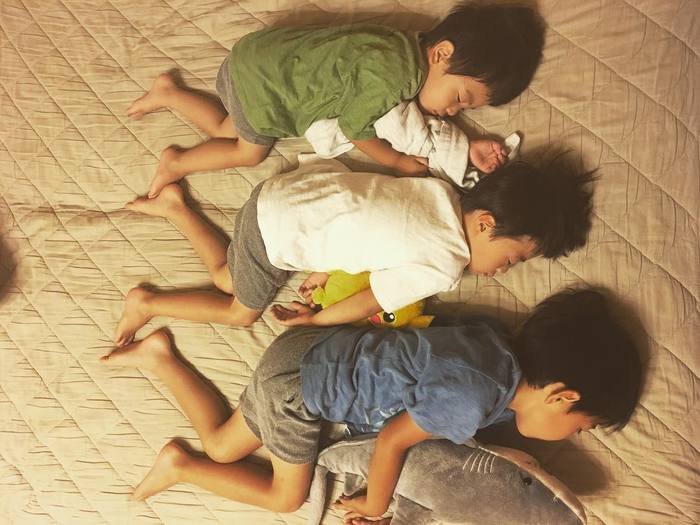 なんで同じポーズで寝てるの!?子どもの「#寝相リンク」が可愛い♡の画像1