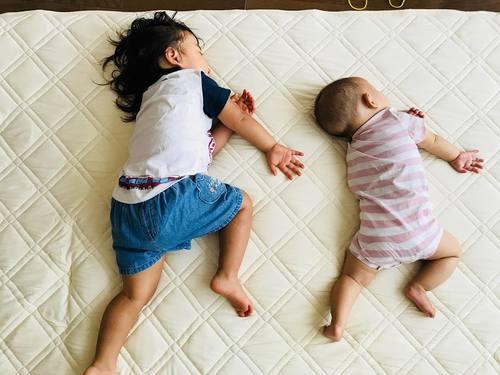 なんで同じポーズで寝てるの!?子どもの「#寝相リンク」が可愛い♡のタイトル画像