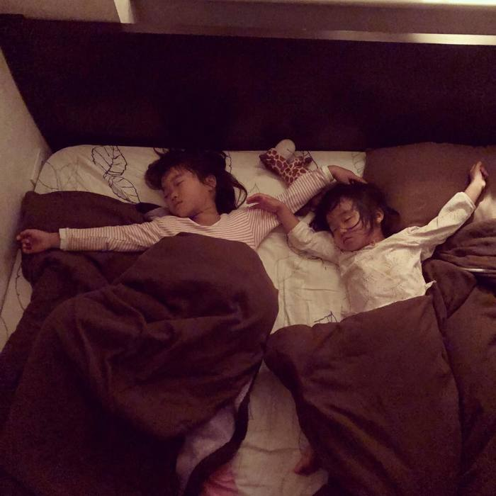 なんで同じポーズで寝てるの!?子どもの「#寝相リンク」が可愛い♡の画像2