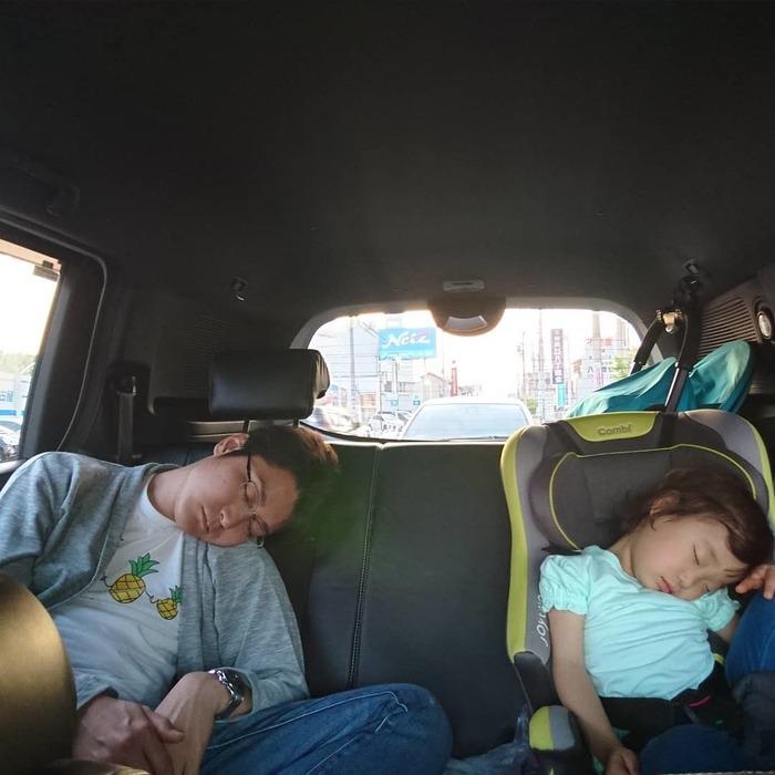 なんで同じポーズで寝てるの!?子どもの「#寝相リンク」が可愛い♡の画像4