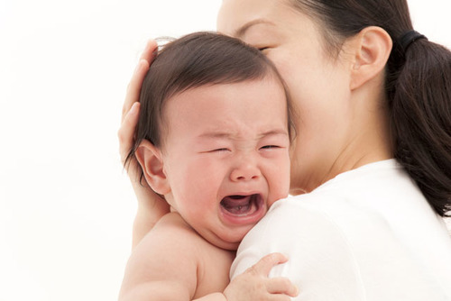 夜泣きはいつから?原因とその対策方法・夜泣き対策グッズも紹介のタイトル画像