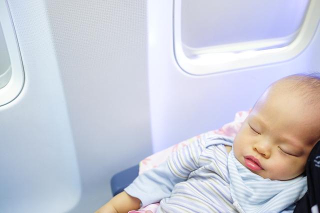 赤ちゃんはいつから飛行機に乗れる?料金や耳抜きなどの対策グッズもの画像3