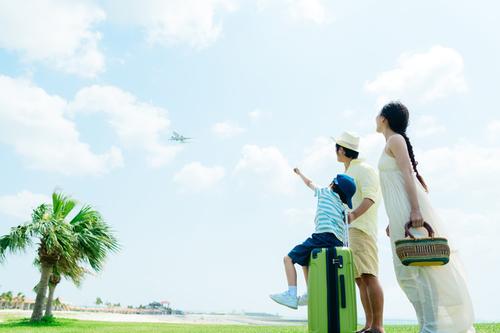赤ちゃんはいつから飛行機に乗れる?料金や耳抜きなどの対策グッズものタイトル画像