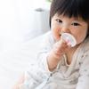 歯磨きはいつから?生え始めのケアから赤ちゃんが嫌がる時の対処法まで紹介のタイトル画像