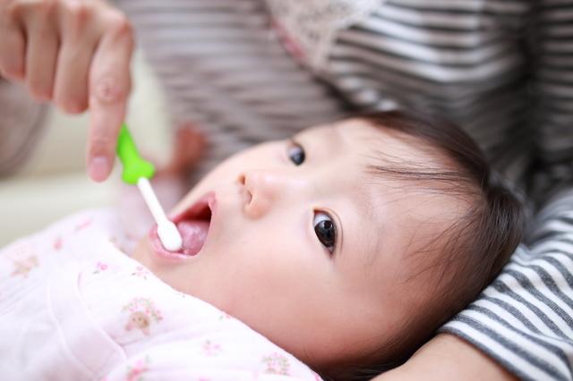 歯磨きはいつから?生え始めのケアから赤ちゃんが嫌がる時の対処法まで紹介の画像1