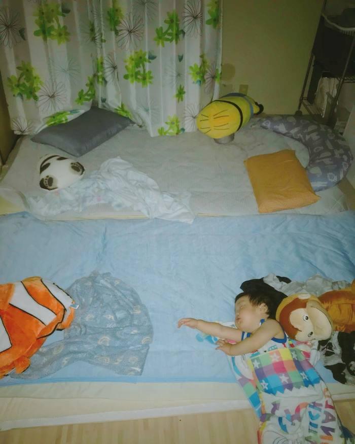 まるで事件現場?!1歳児と家族の「寝相日記」が面白い!の画像8