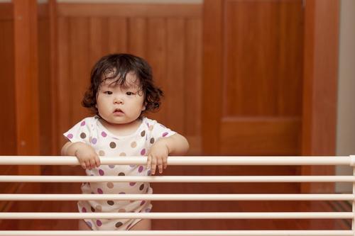 赤ちゃんのベビーゲートはいつまで必要?安いもの・手作り方法も紹介のタイトル画像