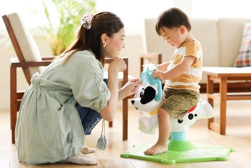 猛暑でお外遊びできない…そんな日に親子で楽しむ、体をたっぷり動かせるバイリンガルおもちゃのタイトル画像
