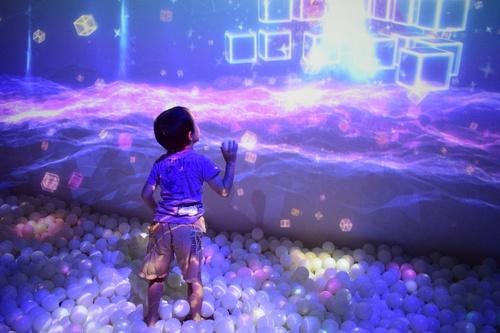 デジタル技術で想像力を刺激!近未来的なあそび施設「リトルプラネット」のタイトル画像