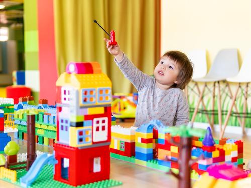 0歳からの知育おもちゃおすすめ10選!楽しく遊べてうれしい効果も期待のタイトル画像