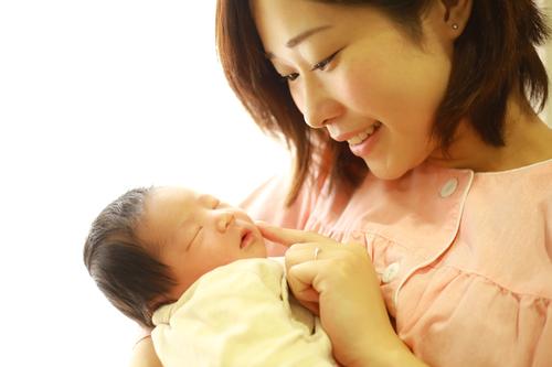 """産まれてすぐ保育器に入った娘。初めての抱っこが私を""""母""""にした<第三回投稿コンテスト NO.104>のタイトル画像"""