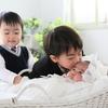 兄2人の前で、末っ子は態度を使い分け!?きょうだいの人間模様に、クスッとなる。のタイトル画像