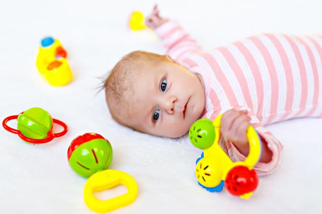 赤ちゃんがガラガラで遊ぶのはいつから?ガラガラの効用や人気商品をご紹介の画像2