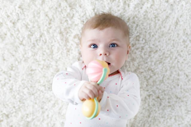 赤ちゃんがガラガラで遊ぶのはいつから?ガラガラの効用や人気商品をご紹介の画像1