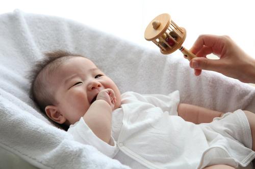 赤ちゃんがガラガラで遊ぶのはいつから?ガラガラの効用や人気商品をご紹介のタイトル画像